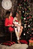 Moeder en dochter dichtbij Kerstboom Royalty-vrije Stock Foto's
