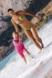 Moeder en dochter die bij het strand lopen Stock Foto