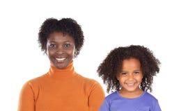 Moeder en dochter die camera met een mooie glimlach bekijken royalty-vrije stock foto
