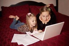 Moeder en Dochter die computer met behulp van royalty-vrije stock afbeeldingen
