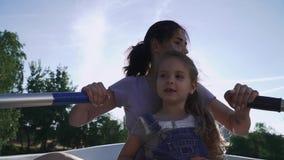 Moeder en dochter die in de boot roeien stock footage