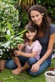 Moeder en dochter die in de tuin werken Royalty-vrije Stock Afbeeldingen