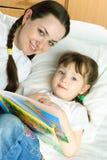 Moeder en dochter die een boek lezen Royalty-vrije Stock Afbeelding