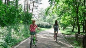 Moeder en dochter die een fiets berijden stock footage