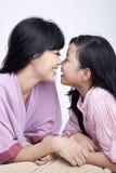 Moeder en dochter die een goede tijd hebben Stock Afbeelding
