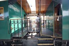 Moeder en dochter die een oude trein bezoeken Royalty-vrije Stock Fotografie