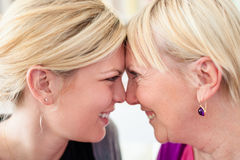 Moeder en dochter die elkaar bekijken stock foto's