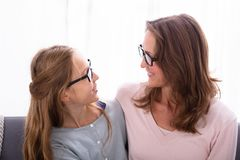 Moeder en Dochter die elkaar bekijken royalty-vrije stock afbeelding
