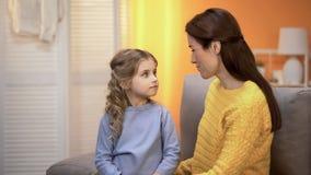 Moeder en dochter die elkaar met liefde, steun en zorg, emoties bekijken stock foto's