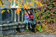 Moeder en dochter die en in de herfst glimlachen spreken Royalty-vrije Stock Afbeelding