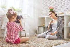 Moeder en dochter die foto maken stock foto's