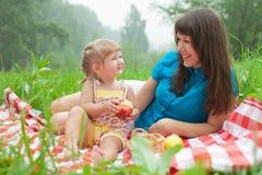 Moeder en dochter die gezond voedsel eten royalty-vrije stock afbeelding