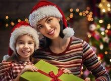 Moeder en dochter die giften ruilen Royalty-vrije Stock Afbeelding