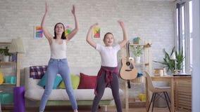 Moeder en dochter die gymnastiek doen stock footage