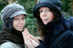 Moeder en dochter die handen geven Royalty-vrije Stock Fotografie