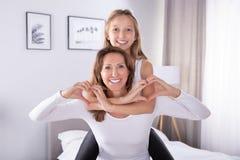 Moeder en Dochter die Hartvorm maken royalty-vrije stock afbeelding