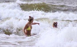 Moeder en dochter die in het overzees zwemmen Royalty-vrije Stock Foto