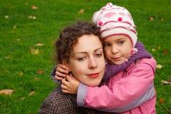 Moeder en dochter die in het park lopen stock foto