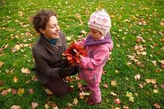 Moeder en dochter die in het park lopen royalty-vrije stock afbeeldingen
