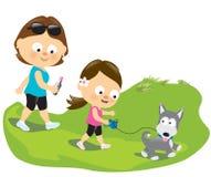 Moeder en dochter die het puppy lopen Stock Foto