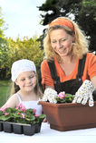 Moeder en dochter die het tuinieren tijd hebben Stock Foto's