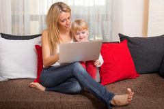 Moeder en dochter die iets in computer bekijken Stock Foto's