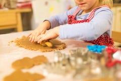 Moeder en dochter die koekjes maken stock foto
