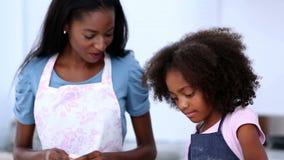 Moeder en dochter die koekjes voorbereiden stock footage