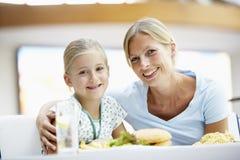 Moeder en Dochter die Lunch hebben samen bij Koffie Stock Foto