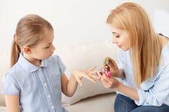 Moeder en dochter die manicure doen royalty-vrije stock afbeelding