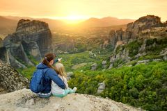Moeder en dochter die Meteora-vallei, een rotsvorming in centraal Griekenland onderzoeken die één van de grootste complexen van O stock foto's
