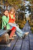 Moeder en dochter die na gang rusten stock foto's