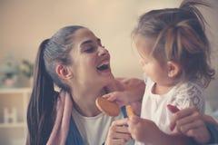 Moeder en dochter die ontbijt hebben bij hom royalty-vrije stock fotografie