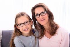 Moeder en Dochter die Oogglazen dragen stock afbeeldingen