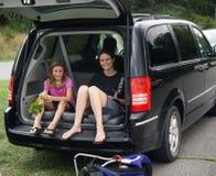 Moeder en Dochter die op de Gedeeltelijke Zonneverduistering wachten Royalty-vrije Stock Foto