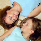 Moeder en dochter die op de vloer liggen Stock Afbeelding