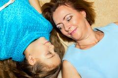 Moeder en dochter die op de vloer liggen Royalty-vrije Stock Foto