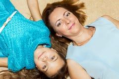 Moeder en dochter die op de vloer liggen Royalty-vrije Stock Afbeelding