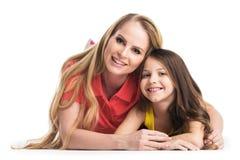 Moeder en dochter die op de vloer liggen Stock Afbeeldingen