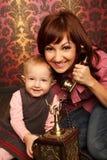 Moeder en dochter die op retro telefoon spreken Stock Afbeeldingen