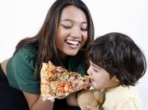 Moeder en dochter die pizzaplak eten Royalty-vrije Stock Foto