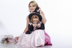 Moeder en dochter die pret hebben bij de partij van Halloween Royalty-vrije Stock Foto