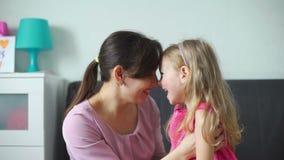 Moeder en dochter die pret hebben samen stock footage