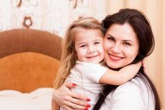 Moeder en dochter die pret hebben thuis Royalty-vrije Stock Afbeeldingen