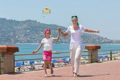 Moeder en dochter die pret het lopen hebben stock foto's