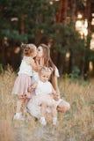 Moeder en dochter die pret in het park hebben Gelukkig familieconcept Geluk en harmonie in gezinsleven royalty-vrije stock afbeeldingen