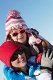 Moeder en Dochter die Pret op de Vakantie van de Ski hebben Royalty-vrije Stock Afbeelding