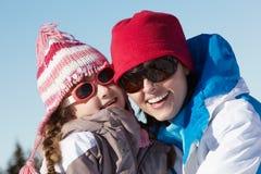 Moeder en Dochter die Pret op de Vakantie van de Ski hebben Royalty-vrije Stock Fotografie