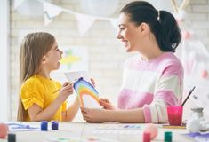 Moeder en dochter die samen schilderen Royalty-vrije Stock Foto