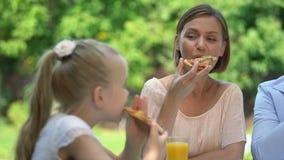 Moeder en dochter die smakelijke eigengemaakte pizza, families culinaire traditie eten stock video